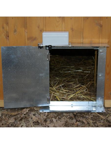 Porte pour poulailler installée ouverte à 180º. Agrimatic.