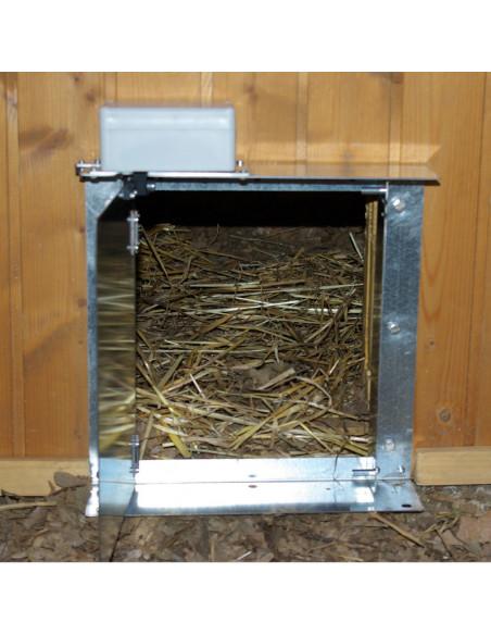 Puerta de gallinero Agrimatic abierta 90º instalada.